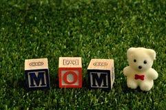 Maman écrite avec les blocs colorés d'alphabet Image libre de droits