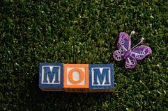 Maman écrite avec les blocs colorés d'alphabet Photographie stock libre de droits