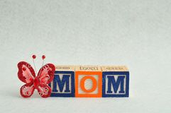 Maman écrite avec les blocs colorés d'alphabet Image stock