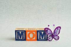 Maman écrite avec les blocs colorés d'alphabet Images stock