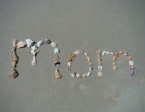 Maman écrite en sable Images libres de droits