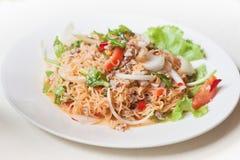MAMAN épicée de salade de nouilles instantanées YUM comme nourriture de fusion Image stock