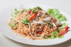 MAMAN épicée de salade de nouilles instantanées YUM comme nourriture de fusion Photos stock