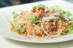 MAMAN épicée de salade de nouilles instantanées YUM comme nourriture de fusion Photographie stock libre de droits