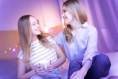 Maman affectueuse et fille reposant et regardant l'un l'autre Photo libre de droits