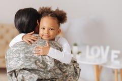 Maman affectueuse retournant à la maison à son enfant images libres de droits