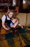 Maman affichant un livre à son enfant Photo stock