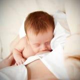 Maman allaitant au sein la chéri minuscule nouveau-née Images stock