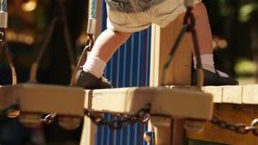 Maman avec des étapes de bébé banque de vidéos
