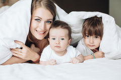 Maman avec des enfants photo stock