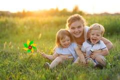 Maman avec des jumeaux de deux années en été Photos libres de droits