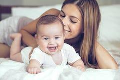 Maman avec la chéri Photographie stock libre de droits