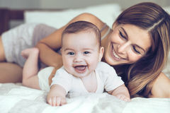Maman avec la chéri Photographie stock