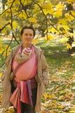 Maman avec la chéri dans l'élingue Images libres de droits