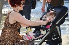 Maman avec la chéri dans la poussette Image libre de droits