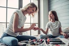 Maman avec la fille faisant le maquillage Photos stock