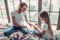 Maman avec la fille faisant le maquillage Images libres de droits