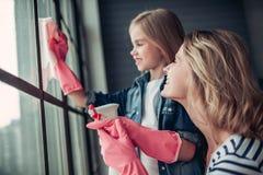 Maman avec la fille faisant le nettoyage photos stock