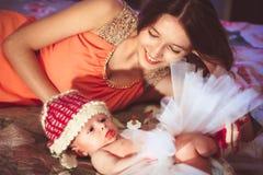 Maman avec la fille sur le lit Images stock