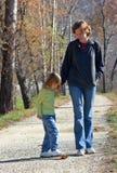 Maman avec le descendant en stationnement photo libre de droits