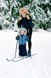 Maman avec le petit fils sur des skis Photo stock