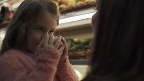 Maman avec sa fille dans le magasin clips vidéos