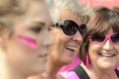 Maman avec ses filles sur la course pour un traitement, Angleterre R-U Photo libre de droits