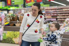 Maman avec un petit fils dans un supermarché Photos libres de droits