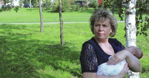Maman avec une fille et un petit-fils adultes banque de vidéos