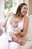 Maman burping la vieille chéri de six mois Photos stock