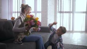 Maman congtatulating aimante de fils avec le jour des femmes