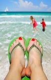 Maman détendant sur la plage Photo libre de droits