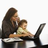 Maman d'affaires avec la chéri. Images stock