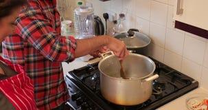 Maman de aide avec la cuisson clips vidéos