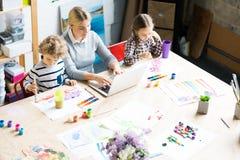 Maman de séjour à la maison avec deux enfants photographie stock