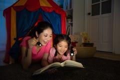 Maman de sourire élégante avec les enfants mignons de sourire Image libre de droits