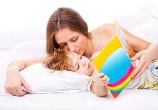 Maman embrassant l'enfant en bas âge Photo stock