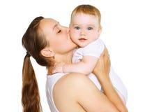 Maman embrassant la chéri Photographie stock
