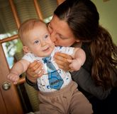 Maman embrassant le fils de bébé à cinq mois photos stock