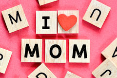 Maman en bois d'amour des lettres I Image libre de droits