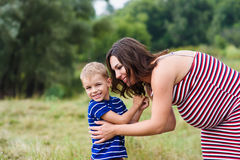 Maman enceinte heureuse et son fils Photo stock