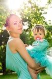 Maman et bébé au coucher du soleil Images stock