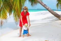 Maman et bébé ayant des vacances tropicales photographie stock