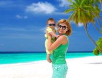 Maman et bébé ayant des vacances tropicales photographie stock libre de droits