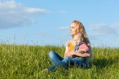 Maman et bébé dans l'herbe Photo stock