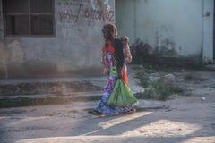 Maman et bébé dans la ville en pierre sur Zanzibar tanzania photographie stock