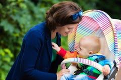Maman et bébé dans une poussette Photo libre de droits