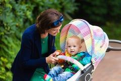 Maman et bébé dans une poussette Image libre de droits