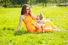 Maman et bébé de beauté dehors Famille heureuse jouant en nature MOIS Photographie stock libre de droits