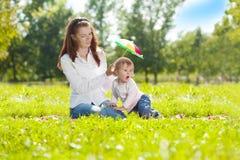 Maman et bébé de beauté dehors Famille heureuse jouant en nature MOIS Images stock